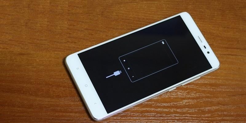 Появление на экране силуэта телефона с подключенным кабелем