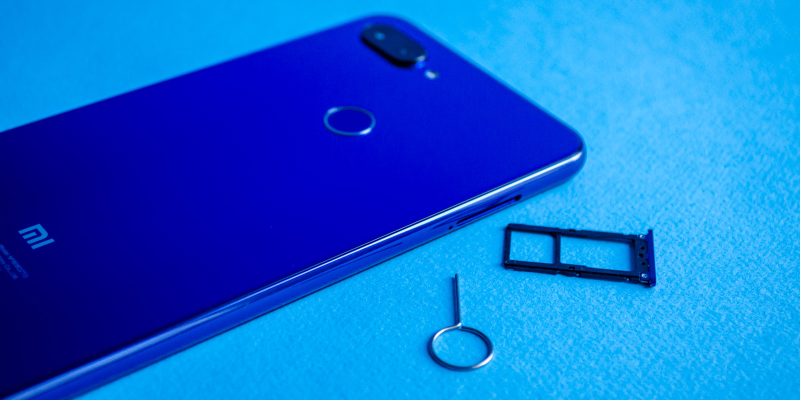 Можно установить две SIM карты одновременно или карту памяти и одну SIM карту на выбор