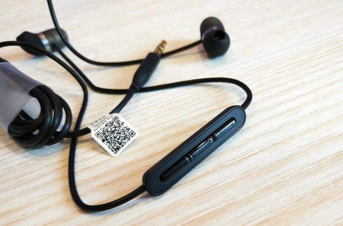 На кабеле правого наушника размещен пульт управления с тремя кнопками
