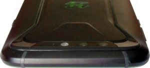 Верх смартфона оснащен двойной модульной камерой