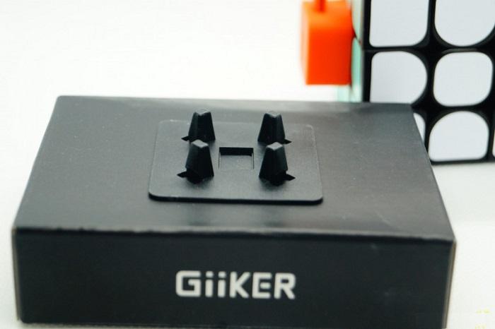Устройство крепится на кубике при помощи направляющих штифтов