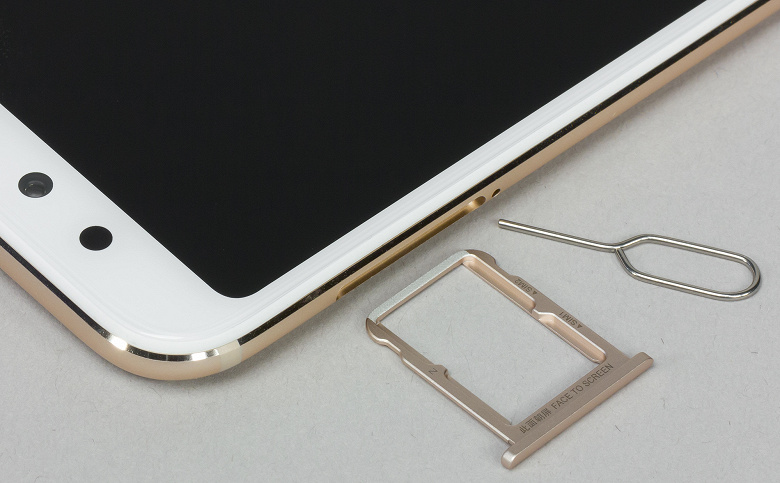 Можно одновременно установить две карточки формата Nano-SIM