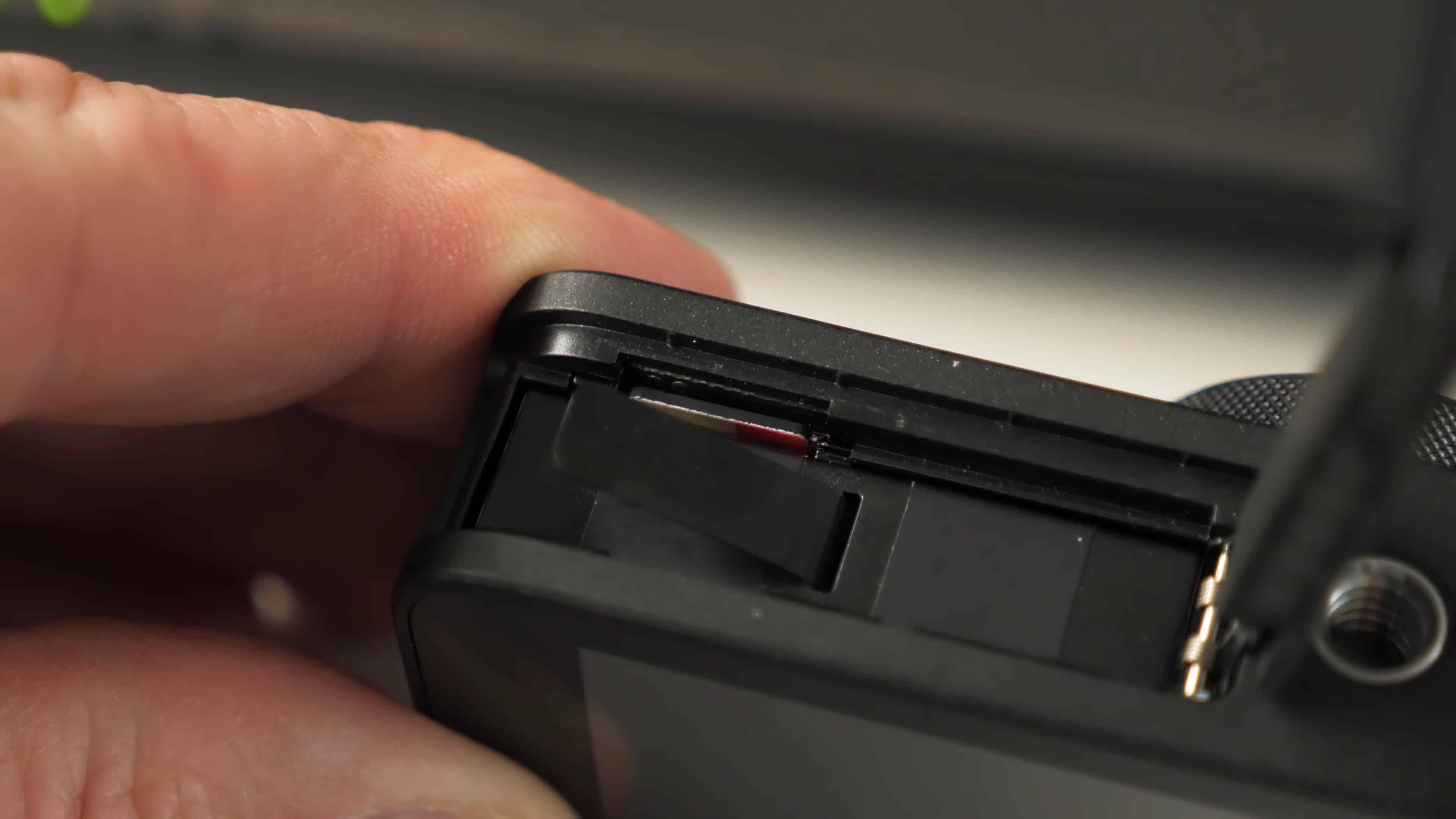 Отсек для батареи и разъем под карту памяти