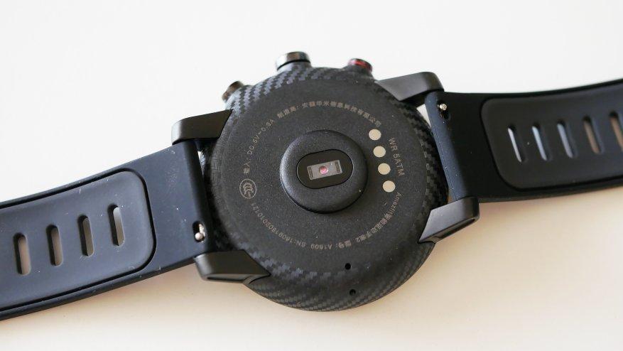 С тыльной стороны часов вмонтирован оптический датчик измерения пульса
