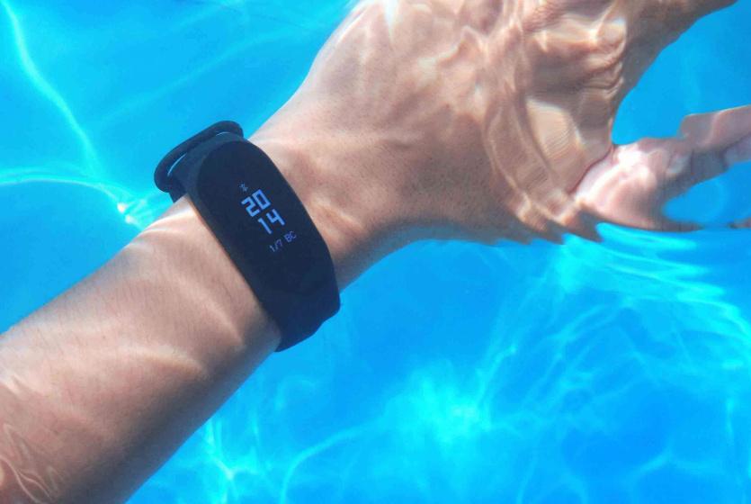 Производитель рекомендует не плавать с устройством в море