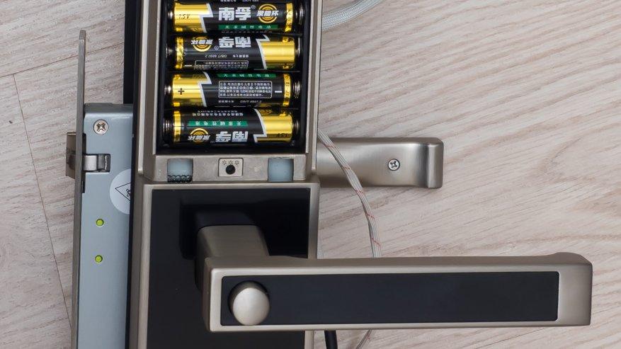 Нажимаем и удерживаем кнопку, которая находится под батарейками