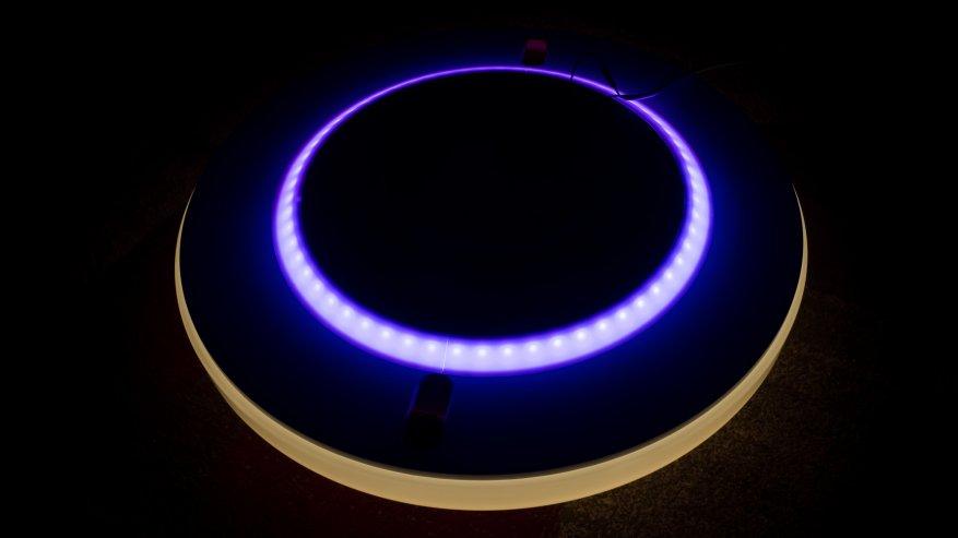 По внутреннему диаметру светильника, на задней стороне находится цветная светодиодная подсветка