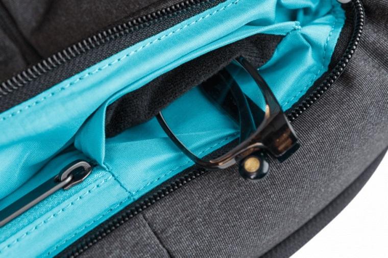 В карман с правой стороны помещают смартфон либо очки