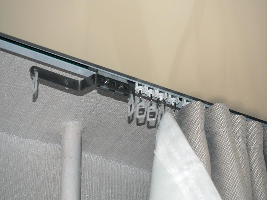 Вешаются шторы на пластиковые крючки